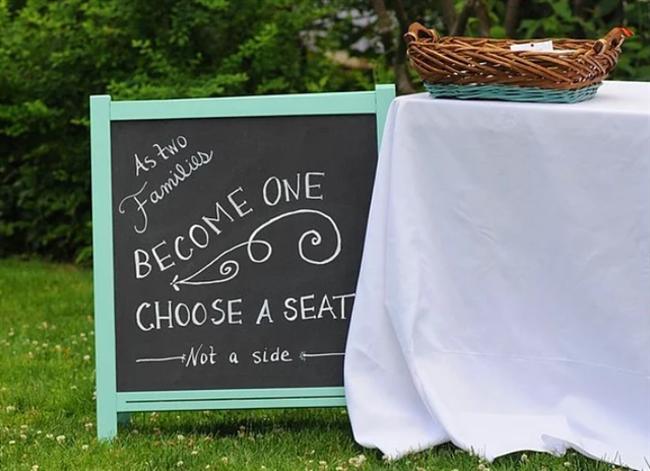 """Bahar düğününe sevimli bir """"giriş masası"""" hazırlayabilirsiniz.  Tebeşir tahtası her ortamı yumuşatma adına mükemmel bir dekor ürünüdür. Karşılama masasının yanına tebeşir tahtası ile düğününüzü ve kendi mottonuzu yazabilirsiniz."""
