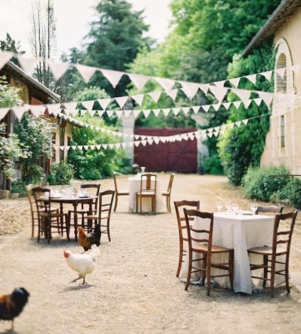 Düğünün en düşük bütçeli olanı bile güzeldir...  Çok çok düşük bütçeniz düğününüzü mahvetmeyecek emin olun. Sadece beyaz kumaşlarla sade ve şirin bir düğün yapabilirsiniz. Bunu yaratırken de flama bayraklarını unutmamalısınız.
