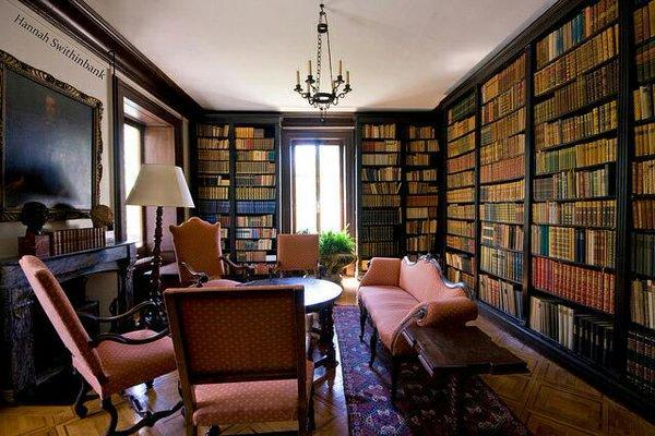 Çok fazla sayısız kitaplara sahip iseniz ve evinizde bir köşeyi tamamen buna ayırmayı düşünüyorsanız özellikle ahşap rengi kitaplıklar yaptırarak salonunuzda kısa duvarı kullanarak bütün duvar boydan boya kitaplık haline getirebilir ve küçük bir masa ya da tekli koltuk ve lambader ile bu kombinasyonu tamamlayarak adeta bir bilgi yuvası gizli bir hazine görüntüsüne mekanı kavuşturun.