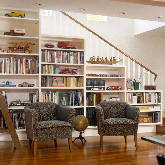 Eviniz dubleks bir ev ise o zaman harika bir önerimiz olacak evde oluşturabileceğiniz kütüphane köşeleri arasında en keyifli görsele sahip olanlardan özellikle üst kata çıkmak için kullanılan merdivenin hemen altındaki merdiven boşluğuna tam dolduracak şekilde bir kitaplık yaptırabilirsiniz. Bu sayede hem yer tasarrufu yapmış olursunuz hem de zengin bir kitaplık görüntüsüne sahip olabilirsiniz.