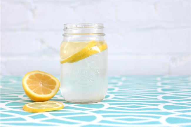 6) Limon nefesinizi taze tutar ve ağız hijyenine yardımcı olur. Eğer yemekten sonra diş fırçası veya ağız gargarası bulamazsanız, limonlu su içebilirsiniz. Ancak limonun asidik etkisini unutmayın.