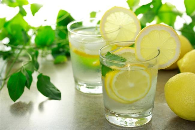 Her sabah uyandığınızda büyük bir bardak suyun içine biraz limon sıkın ve için. Bunu neden yapmanız gerektiğine gelince…