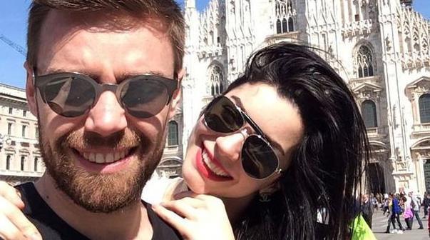 Bir süre önce evlenen Murat Dalkılıç ve Merve Boluğur aşkı da böyle gün yüzüne çıkmıştı.