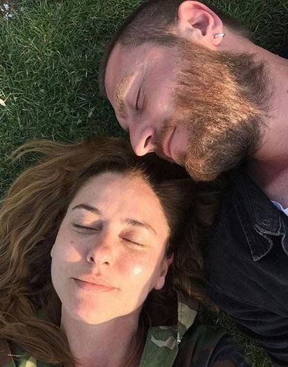Ünlü oyuncu bu kez boom operatörü olarak çalışan Ejder Özgür ile birlikte olmaya başladı. İkili, aşklarını sosyal medyadan paylaştıkları fotoğraflarla sevenlerine duyurdu.