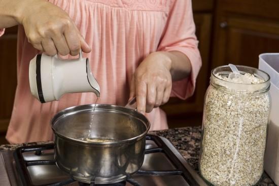 11. Tavaya yağ koymadan pişirme yapmak istiyorsanız, biraz su damlatın ve kısık ateşte pişirme yöntemini uygulayın.