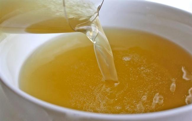 13. Tavuğu haşladıktan sonra suyunu, üzerindeki yağı alıp daha sonra sebze veya çorbalarınıza ekleyebilirsiniz.
