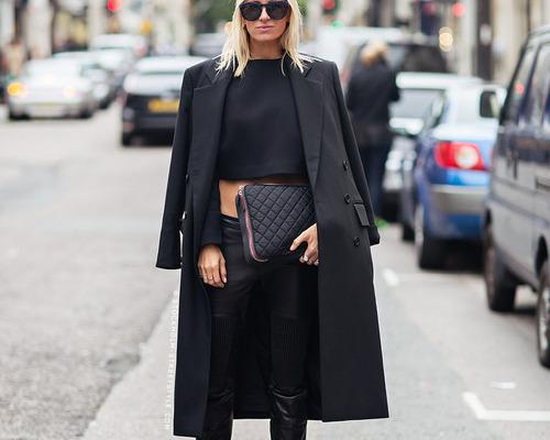 Yaz mevsiminde siyah giymek absürt  Siyah, ışığı kendine çektiği için sıcak günlerin en gözde rengi olmadığı bir gerçek. Ama yıl boyunca siyah giyiyor ve yaz mevsimine bir istisna yapmayı düşünmüyorsanız sizi durduran bir kural olmamalı! Terleten sentetik kumaşlardan uzak durun yeter.