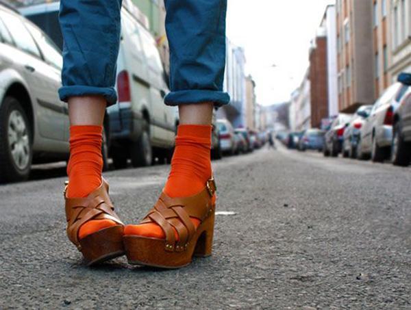 Önü açık ayakkabılarla çorap giyilmez  Sandalet ve çorap, sadece turistlere özgü bir ikili değil. Son yıllarda en sevdiğimiz tasarımcılar önü açık ayakkabılarla çorapları kombinlediler.  bir görünüm yaratması en kolay kombinlerden olmadığını biliyoruz ama özgüvenle giyildiğinde harika sonuçlar çıkacağından eminiz. Platform topuklu ayakkabılarla dantel detaylı çorapları ya da blok topuklu ayakkabılarla diz boyu neon çorapları denemeye ne dersiniz?