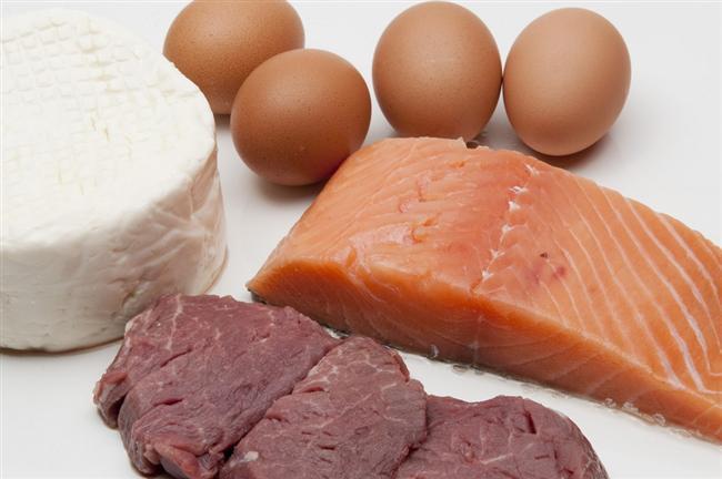 Proteinlere ağırlık verin Her öğününüze ekleyeceğiniz protein daha az yemenize yardımcı olabilir. Proteini sindirmesi uzun sürdüğünden karbonhidrat ve yağlarla kıyaslandığında sizi çok daha çabuk doyurur ve uzun süre tokluk hissetmenize yardımcı oluyor. Öğünlerinize yumurta, yoğurt, peynir gibi proteinler ekleyerek bunu sağlayabilirsiniz.