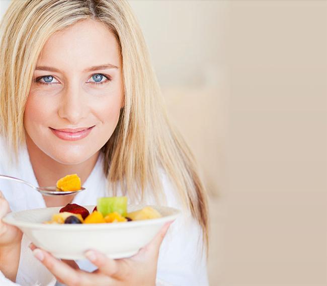 Sabah yerine öğleden sonra atıştırın  Açlığınızı bastırmak ve daha düzenli beslenmek için günlük öğünlerinizi 5-6 parçaya böldüyseniz, bu öğünlerden birini eksilterek daha hızlı kilo verebilirsiniz. Araştırmalara göre sabah yapılan atıştırmalar, öğleden sonra yapılanlara kıyasla kilo verme konusunda daha etkisiz. Yani eğer öğün arasına bir atıştırmalık eklemeyi planlıyorsanız, bunu öğleden sonra yapmalısınız. Kahvaltı ve öğle yemeği arasındaki süre, öğle ve akşam yemeği arasındaki süreden çok daha kısa olduğu için atıştırmalıklara öğleden sonra daha fazla ihtiyaç duyabilirsiniz.