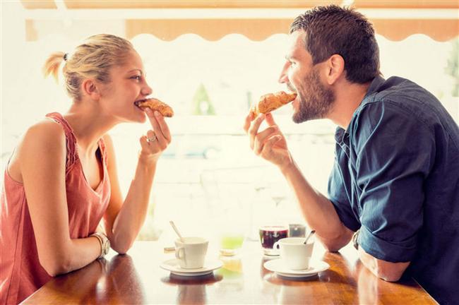 Akşam yemeğinizi bir erkekle yiyin  Hepimiz karşımızda bir erkek olduğunda çok daha dikkatli ve kibar yemeye özen gösteririz. Hatta bu kişi ilgilendiğimiz ve heyecan duyduğumuz biriyse iştahımız birden kapanabilir. Bunu neden lehimize kullanmayalım! Akşam yemeklerinizi bir karşı cins ile yediğinizde aldığınız kalori miktarı kız arkadaşlarınızla çıktığınız bir yemekten kesinlikle çok daha az olacak.