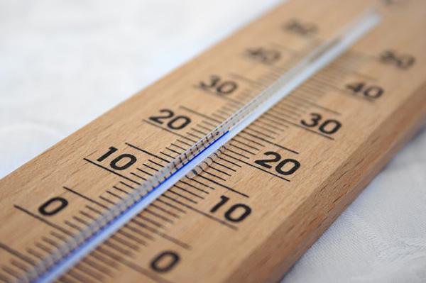 Oda sıcaklığınızı düşürün  İşyerinizde ya da evinizdeki oda sıcaklığını düşük tutmak çok daha fazla kalori yakmanıza neden olur. 16-25 derece arasındaki oda sıcaklığı vücudunuzun kendi sıcaklığını koruması için daha çok çaba sarf etmesi ve daha çok kalori yakması anlamına geliyor. Hiçbir efor göstermeden daha çok kalori harcamayı kim istemez!