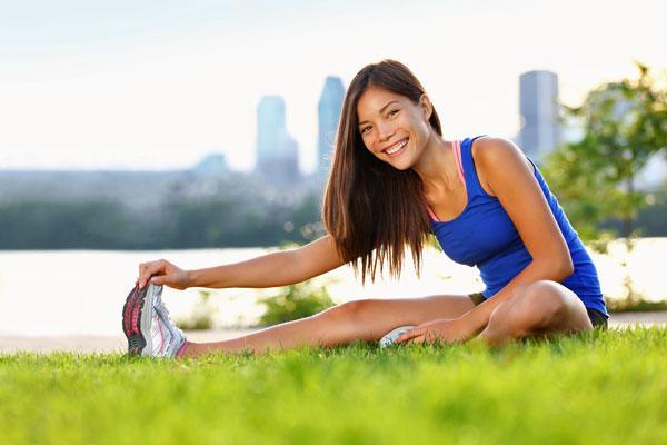 Sabahları egzersiz yapın Sabahları spor yapan kadınların iştahları düşüyor ve enerji seviyeleri gün boyu yüksek kalıyor. Sabah yapılan egzersizlerin etkisi kısa bir süre sonra geçse de bunun için alabileceğiniz bazı önlemler var. Mesela gün boyunca egzersiz yapmaya devam edebilirsiniz. Merdiven çıkın, otobüsten bir durak önce inip yürüyün ya da işyerindeki kısa molalarda kolay bazı hareketler uygulamaya devam edin.
