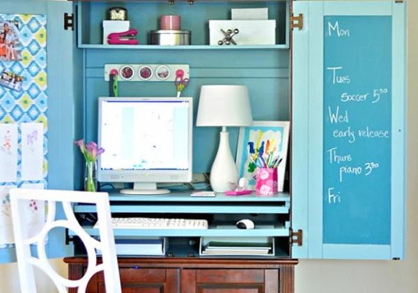 Peki bir dolabın gizli bir bilgisayar masası olacağını söylesem?  Eski dolaplardan kocaman bir çalışma masası yaratılacağını biliyor muydunuz? Dolabınızı canlı bir renge boyayıp duvara sabitleiyin daha sonra altına aynı yükseklikte bir masa koyun. Dolabın kabaklarını not tutmak için kullanın mınık raflarını da kalemliklerle süsleyebilirsiniz.