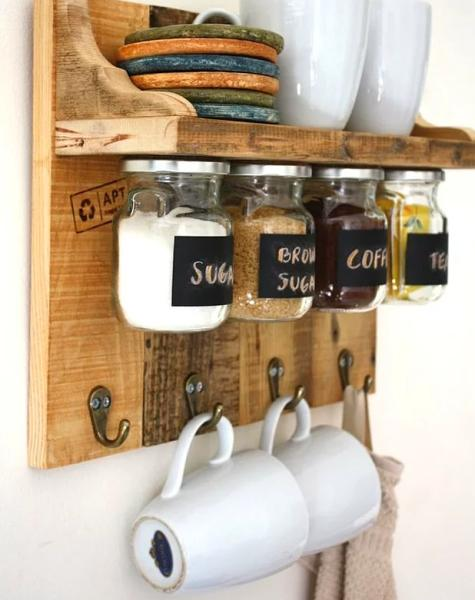 Minik mutfak demişken!  Bir parça tahta ile harikalar yaratmak çok basit! Bir parça tahtayı duvara monte edip üzerine minik bir raf yapın. Altına ise mıknatıs yerleştirin, daha sonra kavanozların kapaklarına da mıknatıs yerleştirin. Son olarak alt kısma kancaları takın ve kupalarınızı asın!