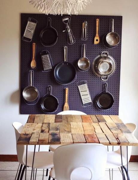 Mutfak küçük olsa da ıvır zıvırı boldur!  Gelin şu konuda anlaşalım mutfak malzemesini kullanmayacaksak da almayı çok seviyoruz. Ama sonra hepsini sığıştıracak yer arıyoruz. Hele bir de mutfağ minicik kutucuk kadarsa al başına belayı. Neyse ki yapılacak şey çok basit. Metal delikli bir levha alıp birçok kanca takın. Daha sonra asılabilecek bütün eşyaları üzerine asın!