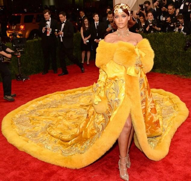Olay Olan Elbise - 2015  Geçtiğimiz sene Rihanna'nın Met Gala'da giydiği sarı uzun kaftan olay yaratmıştı. Kendinden söz ettirmek ve giydikleriyle sansasyon yaratmak onun için çocuk oyuncağı...