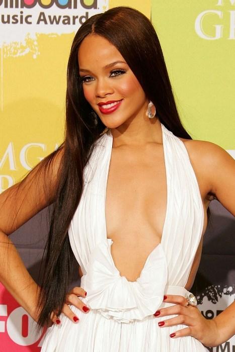 Işıltılı Stiliyle Sahneyi Doldurdu - 2006  Sahne ışıkları altında amatör bir genç kızdan seksi bir kadına hızla dönüşen Rihanna, sadece şarkılarıyla değil muhteşem dans performanslarıyla da hepimizin ilgisini çekmeyi başardı. 2005 yılındaki cici kız hallerinden yavaş yavaş kurtularak, daha cesur kıyafet seçimleriyle iddiasını gösterdi.