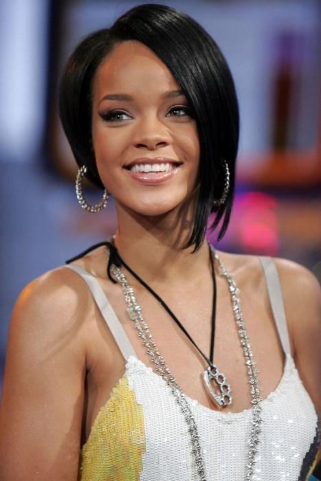 Dilden Dile Dolaşan 'Rihanna Saçı' - 2007  Rihanna'nın enseden çeneye doğru uzayarak gelen küt saç modelinin bir aralar tüm dünyada nasıl da popüler olduğunu hazırlarsınız...Ellerimizde çeşit çeşit Rihanna fotoğrafıyla kuaför yollarını aşındırmıştık sırf ona benzemek için.