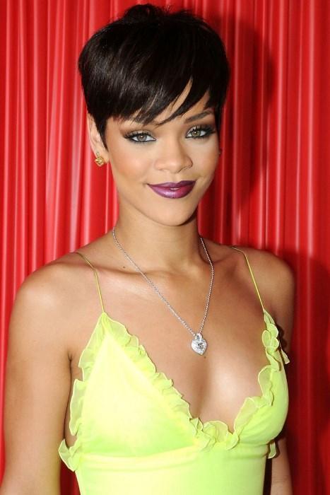 Erkek Çocuğu Gibi - 2008  Daha da kısalttığı saçlarıyla erkek çocuklarına benzeyen Rihanna, stil konusunda en cesaretli tercihleri yapmaktan hiçbir zaman vazgeçmedi. Kendine her şeyi yakıştırmayı bilen güzel yıldız, çuval bile giyse güzel...