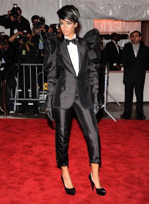 Maskülen Bir Rihanna - 2009  Katıldığı Met Gala'da maskülen bir görünüm sergileyen Rihanna, her kadının giymeye cesaret edemediği erkeksi kıyafetleri bile ustalıkla taşıdı.