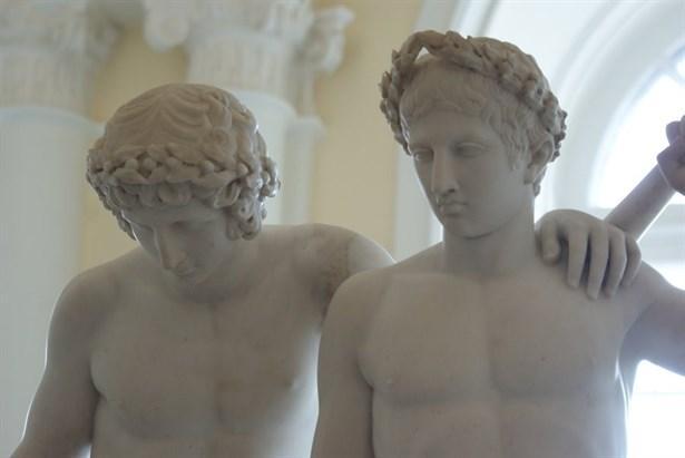 """İkizler burcu Castor ve Pollux:  Mitolojide Tanrı Zeus'un oğulları Castor ve Pollux, aynı zamanda Dioscuri Yıldız Kümesinden iki yıldızın da adıdır. Mitolojik dilde """"Zeusun oğulları"""" anlamına gelen bu ismi Babilliler takmışlardı. Çapkınlar çapkını Zeus, Isparta Kralı Tyndaros'un karısı Leda ile sevişebilmek için kuğu kılığına girer ve onların birleşmesinden iki yumurtaları olur. Bir yumurtadan Pollux ve Hellen, diğer yumurtadan da Castor ve Clytemnestra doğarlar. Rivayete göre Pollux ve Hellen Zeus'un ölümsüz çocukları, Castor ve Clytemnestra ise Tyndaros'un ölümlü olan çocuklarıdır. Eski zamanlarda bu olaydan dolayı ikiz olan çocukların birisinin daima tanrısallık taşıdığına inanılır. Yıldızlara ismi verilen bu iki kardeş, Sparta'da birlikte büyür ve çok da iyi anlaşırlar. İki delikanlı Altın Post'u bulmaya giden Jason'un yanında da yer alırlar. İki genç, iki kız kardeşe aşık olurlar. Ancak kızlar nişanlıdırlar ve onları kaçırırken çıkan kavgada Castor ölür. Kardeşini çok seven ve onun ölümüne katlanamyan Pollux, babası Zeus'tan onu tekrar diriltmesini ister. İki kardeşin birbirlerine olan sevgisi Zeus'u duygulandırır ve Pollux'un sahip olduğu ölümsüzlüğünü kardeşi Castor'la paylaşmasına izin verir, ama bir şartla ; bundan böyle iki kardeş zamanlarının yarısını Tanrılar Dağı Olimpos'ta, diğer yarısını da yeraltında ölüler dünyasında geçireceklerdir! Başlarının üstünde ışık saçan iki ata biner bir vaziyette resmedilen Castor ve Pollux,böylelikle de İkizler burcunun sembolü olmuşlardır. İkizler burcu insanının iki kişilikli diye adlandırılması,bu, iki kardeşin karakter yapılarıyla bağdaştırılmıştır."""