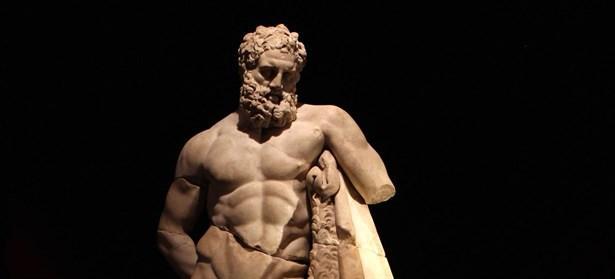 Aslan burcu ve Herkül:  Tanrılar tanrısı Zeus'un hem kız kardeşi hem de saygıdeğer karısı (baş kadını) olan Tanrıça Hera, Zeus'tan intikam almak için, Argolis Ovası Nemea'ya yenilmez bir aslan gönderir. Ekhidna'nın Orthos köpeğiyle birleşerek meydana getirdiği bu canavar aslan çevreyi kasıp kavurmuş. İni Arima Dağında olan Ekhidna'nın yarattığı bu canavar aslanın karşısına yine Herkül çıkmış. Canavar aslanla amansız bir mücadele veren Herkül, bu savaştan galip çıkmasını bilen taraf olmuş. Herkül'ün bu zaferini kutlamak için bu bölgede iki yılda bir Nemea Zeus'u onuruna Nema oyunları düzenlenirmiş. Bu oyunların, bir yılan sokmasından ölen Nemea kralının oğlu Opheltes'in anısı için Herkül tarafından düzenlendiğine inanılır. Bu ve bunun gibi birçok kahramanlıkları olan Herkül'ün o müthiş tanrısal gücünün, Ekhinda'nın yarattığı bu aslanın gücü ile birleşerek Aslan burcunun güçsel yapısıyla özdeşleştiği ortadadır.