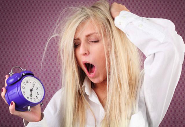Sindirimi zor olan; uzun süre mide ve bağırsakta kalan besinlerin yatmaya yakın tüketilmesi birçok sağlık problemini beraberinde getirmekte ve uykusuz bırakabilmektedir.  İşte uykusuz bırakan o yiyecekler...
