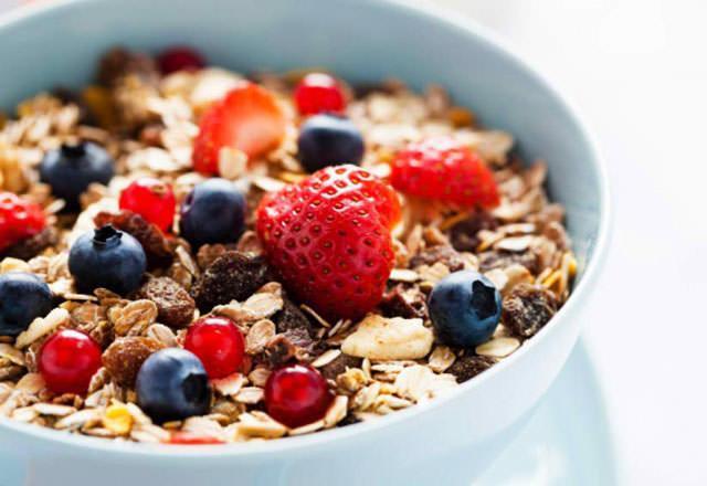 Kahvaltılık Tahıllar  Birçok insan günümüzde hızlı tüketim için kahvaltılarda tahıllara yönelse de bu besinler bazı durumlarda yüksek kalori içeriği olmadığı için gece yatmadan da tüketilmektedir. Uykunuzu kaçıran besinlerden birisi de kahvaltılık tahıllardır. Yatmadan önce kan şekerinizin hızlı yükselmesini sağlayan tahılları tüketmek kalitesiz bir uykuya eşdeğerdir.