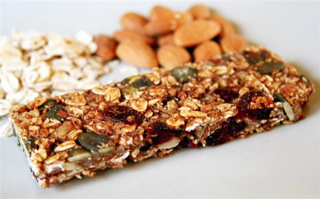 Şeker Barları  Gün içerisinde tatlı ihtiyacını karşılamak için dönemsel olarak tükettiğimiz şeker barları yine geceki uykunuza mal olan besinlerden birisidir.Yapılan bir çalışmada uykudan önce bireylere şeker barları tükettirilmiş ve 10 bireyden 7'sinin gece kâbus gördüğü saptanmıştır. Bu durum gece yatmadan yüksek miktarda alınan şekerin bu duruma neden olabileceği sonucunu çıkarmaktadır.