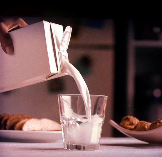 """Süt  Uyku deyince zaten herkesin aklına ilk olarak, klasik bir """"uyku ilacı"""" sayılan ılık, ballı süt gelir. Sütteki kalsiyumun vücut üzerinde yatıştırıcı bir etkisi vardır, kasları ve sinirleri gevşetir. Sütte ayrıca yatıştırıcı etkiye sahip süt proteini bulunur. Süte az miktarda eklenen balın da sakinleştirici etkisinden yararlanılabilir. Ballı sütün üzerine biraz tarçın serperek yanında az miktarda badem yerseniz uykuya dalmanız kolaylaşır."""