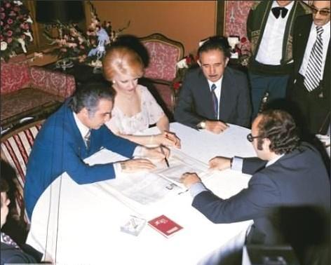 EMEL SAYIN - 4 NİKAH  Ünlü şarkıcı ilk evliliğini 1966'da İsmet Kasapoğlu ile yaptı ve 1978'de ikinci kez yine Kasapoğlu ile nikah masasına oturdu. Ancak 1979'da tekrar boşandı .