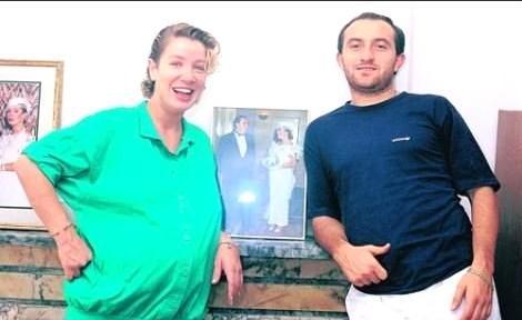 İkinci evliliğini 1990'da Beşiktaş'ın eski futbolcularından Sinan Engin'le yaptı. Eşinin izin vermemesi üzerine sahne çalışmalarını bıraktı. Bu evlilikten Oğulcan isminde bir oğlu dünyaya geldi. 1995 yılında bu evlilik de bitti.