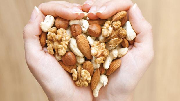 4. Az az ve sık sık beslenin  Kanserli hücreler vücuda aç olmadığını düşündüren bir madde salgılıyor. Bu durum yalnızca birkaç gün sürebileceği gibi, tedavi boyunca da devam edebiliyor. Bu nedenle, iştahsızlıktan etkilenmemek ve yeteri kadar enerji alabilmek için az az, sık sık beslenin, yanınızda pratik bir şekilde tüketebileceğiniz kuru kayısı veya kuru incir gibi kuru meyveler ve küçük hacimde yüksek enerji içeren ceviz, fındık ile badem gibi atıştırmalıklar bulundurun.