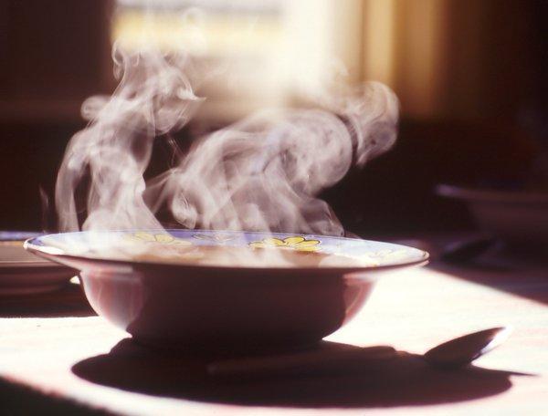 •Çok sıcak yemekler yemeğin kokusunun daha fazla meydana çıkmasını sağlıyor ve bu da bulantıya sebep olabiliyor.  Yemeklerinizi çok sıcak tüketmeyin.