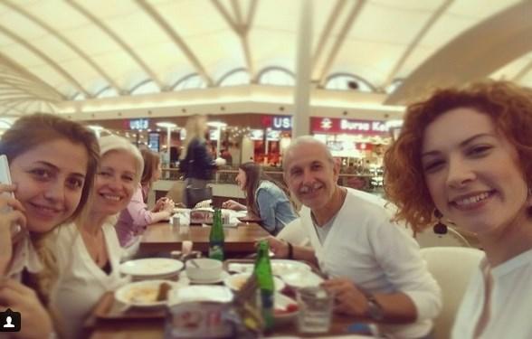 Açelya Topaloğlu  Ben ailemle de yemek yiyorum ama... Ortalarda kimse yok... 😉😁👊 @gulumser355 @sbakirtas ve babam... 💜😊❤