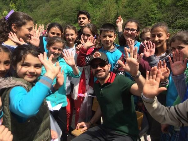 Kenan Doğulu  Bu yıl, 150.000 TOMS ayakkabısını Türkiye Eğitim Gönüllüleri Vakfı (TEGV) ile çocuklara dağıtarak aydınlık geleceğimizin miniklerini gülümsetiyoruz. Biz geçtiğimiz günlerde Giresunlu çocuklarla beraberdik. Siz de bu projeye destek olun, TEGV çocuklarını birlikte mutlu edelim. Destek olmak için tüm operatörlerden 3353'e SMS atarak, 10 TL. bağış yapabilirsiniz.
