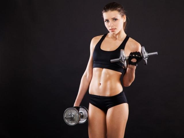 1-Kadınlar fazla ağırlık kaldırıp kendini zorlarsa erkek gibi görünürler.  Kadınlarda, kasların büyümesine neden olan testosteron hormonu erkeklerin ancak 20'de 1'i kadar salgılanır, bu nedenle irileşmeleri oldukça güçtür. Belirgin hatlara sahip olmak isteyen kadınlar ağırlık çalışarak kemik yoğunluğunu arttırıp, fiziksel olarak güçlenebilirken aynı zamanda sıkı bir görüntüye de ulaşmış olurlar.