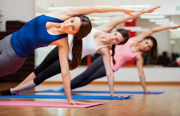 2-Sıkılaşmak için pilates ve yoga yapmak yeterlidir.  Sıkılaşmak ve vücudu şekillendirmek için pilates ve yoga ağırlık çalışmaya alternatif değildir. Vücuda şekil vermek, kasların güçlendirilmesi, dolayısıyla ağırlık çalışmaları ile mümkündür. Pilates ve yoga esnekliği artırma ve core bölgesini güçlendirmenin yanında mental rahatlama sağlar, sakatlanmaları önlemeye yardımcı olur.