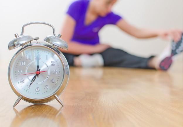 9-Egzersiz yapmak için ideal saat var mıdır?   Egzersiz yapmak için ideal saat, düzenli olarak yapabildiğin saattir. Enerji ve motivasyonun yüksek olduğu saatlerde yapılan egzersiz, kişinin kendini daha fazla zorlayabilmesini ve en fazla fayda sağlamasını sağlayacaktır. Günlük hayata hangi saat uygunsa o saatte egzersiz yapılabilir. Önemli olan egzersizin enerjinin yüksek olduğu saatte düzenli olarak yapılabilmesidir.
