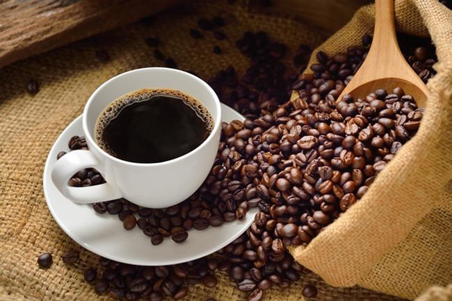 Kahve  Eğer gün içerisinde kahve tüketmekten vazgeçemeyenlerdenseniz size harika bir haberim var. Egzersiz yapmadan 1 saat önce 350 ml kadar kahve tüketmek daha uzun süre egzersiz yapmanızı destekleyebilir ve dayanıklılığınızı arttırabilir. Ayrıca egzersiz sonrasında kasılma veya kramp gibi şikayetleriniz oluyorsa kahve hepsini size unutturmaya geliyor. 2009 yılında Illinois Üniversitesi'nin yaptığı bir çalışmada egzersizden 1 saat önce kafein alan bisikletçi erkeklerin, almayanlara göre egzersiz sonrasında çok daha az kas ağrısı çektiğini buldu. Kafeinin vücudunuzu susuz bırakacağını düşünüyorsanız endişelenmeyin. İçtiğiniz su miktarını biraz arttırarak bu sorunun üstesinden gelebilirsiniz.