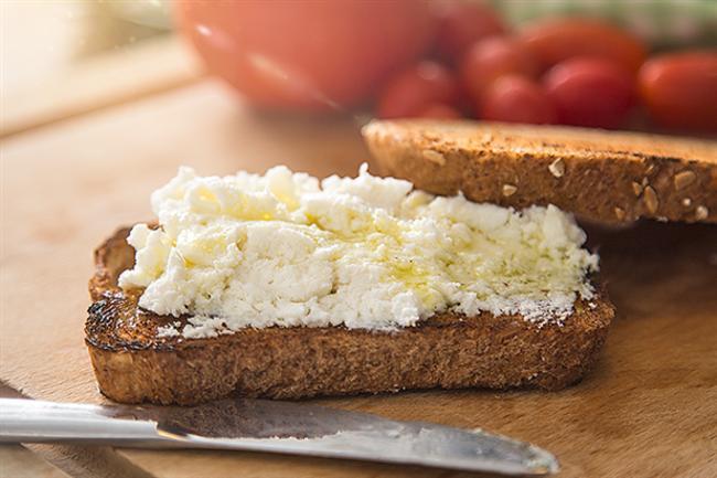 Ballı Az Yağlı Lor Peyniri  Spordan sonra kas yapımının ve onarımının sağlanması için proteine ihtiyaç duyarsınız. Bu yüzden spordan sonra ihtiyacınız olan şey, lor peynirinin içerisindeki whey protein. 2010 yılında yapılan Beslenme ve Metabolizma çalışmasına göre B-laktoglobulinden zengin whey protein, kas yapımını uyarıcı etkisiyle spor sonrası ihtiyaçlarınızı karşılar nitelikte. Egzersiz sonrası tüketeceğiniz bu ara öğünü, bir çay kaşığı bal gibi çabuk sindirilen karbonhidrat kaynaklarıyla tüketirseniz, proteinin daha hızlı sindirilmesini sağlayabilirsiniz.
