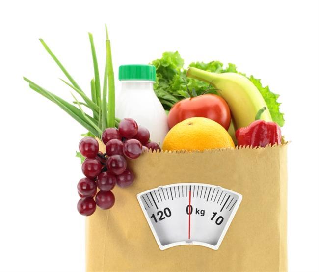 Besin miktarlarını doğru tespit edemiyorsunuz  Besin tüketim miktarınızı detaylı bir şekilde sorgulayın. Örneğin az yemek yediğini ifade eden kişiler aslında fazla ekmek tüketebiliyor, sağlıklı diye zeytinyağını bolca kullanabiliyor, fazla meyve yiyebiliyor, fark etmeden avuç avuç kuruyemiş yiyor veya alkolü fazla alabiliyorlar. Unutmayın ki her sağlıklı besin sınırsız tüketileceği anlamına gelmiyor. Örneğin; zeytinyağı ve fındık ile ceviz gibi kuruyemişlerin yanı sıra meyve gibi sağlıklı besinler aslında az miktarlarında bol kalori içeriyorlar.  Normalde 1 yemek kaşığı zeytinyağı ile yapılmış 1 porsiyon sebze yemeği yaklaşık 100 kalori iken, yağ sağlıklı diye bolca konulduğunda bu rakam 300-400 kalorilere çıkabiliyor.
