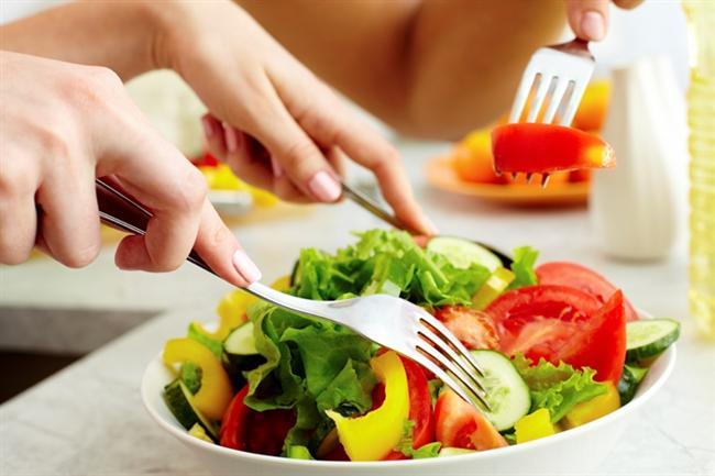 Metabolizma hızınız yavaş olabilir  Metabolizma hızı basitçe; besinlerden aldığınız enerjinin, vücuttan kalori olarak yakılma kapasitesini ifade ediyor. Metabolizma hızı; yaş, cinsiyet, hormonlar, fiziksel aktivite, vücut sıcaklığı, tüketilen besinler gibi birçok durumdan etkileniyor. Metabolizma hızınızın yüksek olması gün içinde daha fazla enerji harcamanızı sağlıyor. Bunun aksine metabolizma hızınız yavaş ise daha az yemek yemenize rağmen, daha zor kilo veriyorsunuz. Gerçek bazal metabolizma hızınız, tükettiğiniz oksijenin miktarıyla belirleniyor. Bunun için geliştirilmiş özel cihazlar ile aldığınız oksijenle bağlantılı olarak ölçüm yapılıyor. Sorunun metabolizma hızından kaynaklı olduğu düşünülüyorsa bu cihazlarda ölçüm yaptırabilirsiniz.