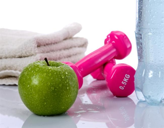 Harcadığınız enerji aldığınız kalori miktarından daha az  Zayıflama diyetlerinin en önemli özelliği, günlük besinlerden aldığımız kalorinin, yaktığımız kaloriden daha az olmasını sağlamak. Özellikle hareketsiz bir yaşam sürüyorsanız ve gün boyu masa başında çalışıyorsanız günlük harcadığınız kalori az olmakla beraber, zamanla bazal metabolizma hızınız düşebiliyor. Yani az yemek yiyerek çok az kalori alsanız bile, vücudunuz bu enerjiyi harcayamadığı için kilo vermeniz zorlaşıyor.