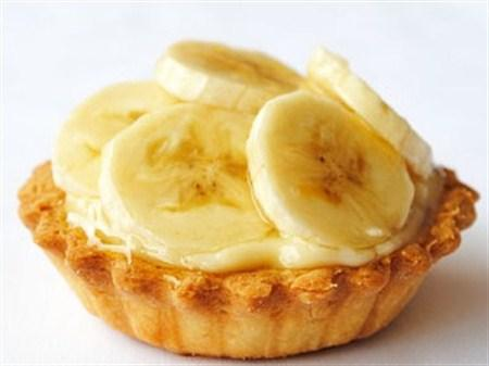 Bisküvili Muzlu Tart  Malzemeler:  125 Gr Margarin, 1 Paket vanilya, 1 Su Bardağı toz şeker, 5 Su Bardağı süt, 1 Paket krem şanti, 2 Yemek Kaşığı soğuk su, 3 Yemek Kaşığı pirinç un, 1 Yemek Kaşığı un, 1 Paket bisküvi, 4 Adet muz, 125 gr eritilmiş margarin  Hazırlanışı:  Bisküvileri mutfak robotunda kırıntı haline gelene kadar parçalayın.İçine eritilmiş margarin ve soğuk su ilave edip yoğurun.Hamuru tart kalıbının dibine elinizle bastırarak yerleştirin.Hamuru önceden ısıtılmış 180 dereceli fırında kızarana kadar pişirin.Krem şantiyi, sütle iyice çırpın.Ayrı bir tencerede kalan sütü, pirinç ununu, unu ve şekeri karıştırarak pişirmeye başlayın.Muzları soyup iyice ezin ve tencereye ilave edip koyulaşana kadar pişirin.Kremayı ocaktan aldıktan sonra içine vanilya ekleyip iyice karıştırın. Krema soğuyunca pişen tart hamurunun içine yerleştirin.Üzerine hazırladığınız krem şantiyi ilave edip soğuk olarak servis yapın.