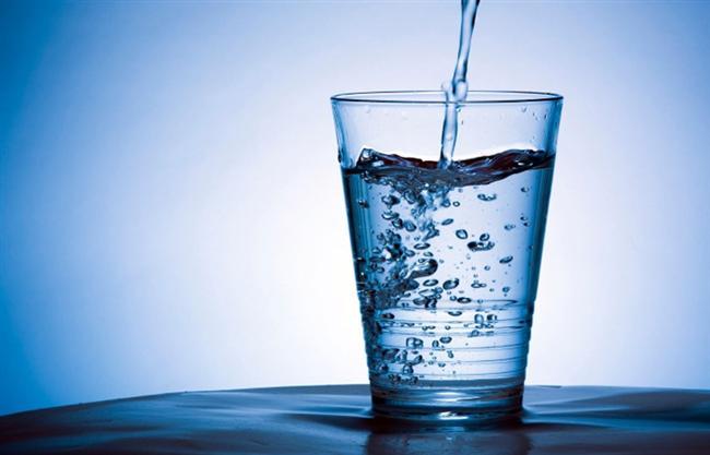 """Sindirim sistemindeki dengesizlikleri ortadan kaldırma yaklaşımı  Bu yaklaşımdaki mantık da sindirim sisteminde oluşan dengesizlikleri (basınç, ısı vb.) ortadan kaldırarak sindirim sistemini rahatlatarak beyne """"problem giderildi"""" mesajını göndermeye dayanıyor. Bunun için ise teknikler şunlar:  Su içmek  En yaygın hıçkırık giderme yöntemlerinden birisidir. Sindirim sistemine giren su buradaki dengesizlikleri giderir, sindirimi hızlandırır ve hıçkırığı azaltır. Ancak bu yöntemle anında tepki alamazsınız, sadece hıçkırığı durmasını hızlandırır."""