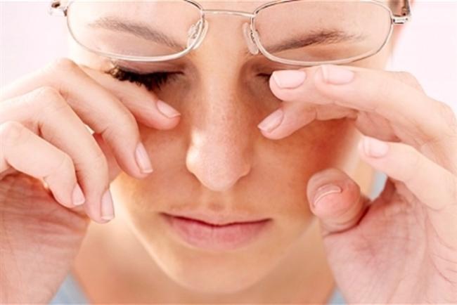 Glokom belirti vermeden sinsice ilerleyebiliyor  Glokom, özel göz içi sıvısını dışarı boşaltan kanallarda yapısal olarak tıkanıklık oluşması nedeniyle, sıvının yeterli boşalamaması veya sıvının fazla üretilmesi ve bunlara bağlı olarak göz içi basıncının artması sonucu oluşur. Artan göz içi basıncının görme siniri hücrelerini öldürerek, kalıcı görme kaybına yol açtığı hastalık; erken belirti vermeden sinsi bir şekilde ilerlediği için tedavide geç kalınabiliyor.