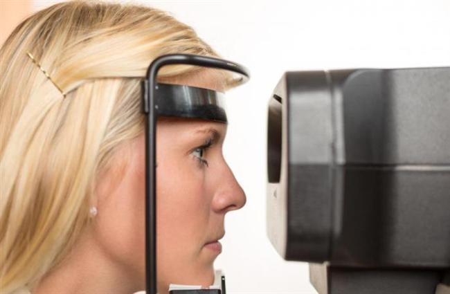 Oftalmoskopi  Muayene sırasında doktor tarafından mutlaka oftalmoskop yardımı ile göz dibine bakılarak görme sinirinde glokoma bağlı hasar olup olmadığı araştırılmalıdır. Glokomun görme sinirindeki en önemli bulgusu çukurlaşmadır. Bu durum hastalığın takibinde de oldukça önemlidir.