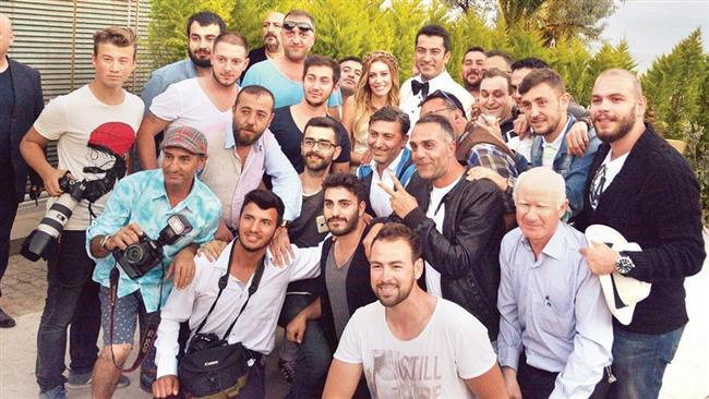 Nikâhın kıyılmasının ardından Sinem Kobal ve Kenan İmirzalıoğlu çifti, dışarı çıktı. Ünlü çift, kendilerini bekleyen habercilere poz verdikten sonra onlarla birlikte hatıra fotoğrafı da çektirdi.